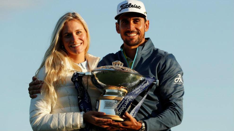 Rafael Cabrera-Bello posa con el trofeo junto a su prometida.