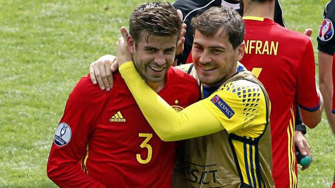 Piqué y Casillas se abrazan tras un partido de la selección...
