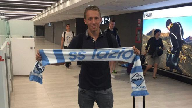Lucas Leiva posa con la bufanda de la Lazio.