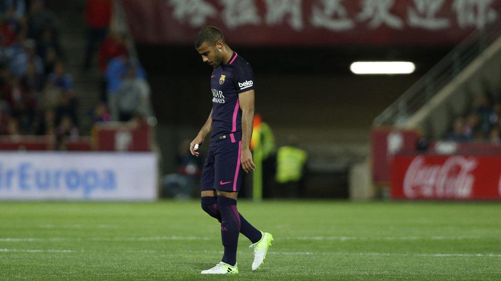 Rafinha (24) se retira del campo tras un partido entre el Granada y el...