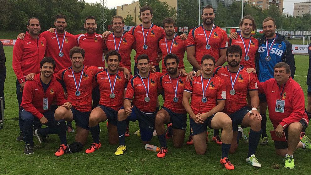 La selección posa con la medalla de bronce tras acabar tercera en el...