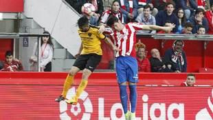 Meré disputa un balón aéreo durante el partido ante el Málaga en...