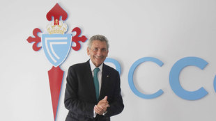 Carlos Mouriño, presidente del Celta, posa con el escudo del club