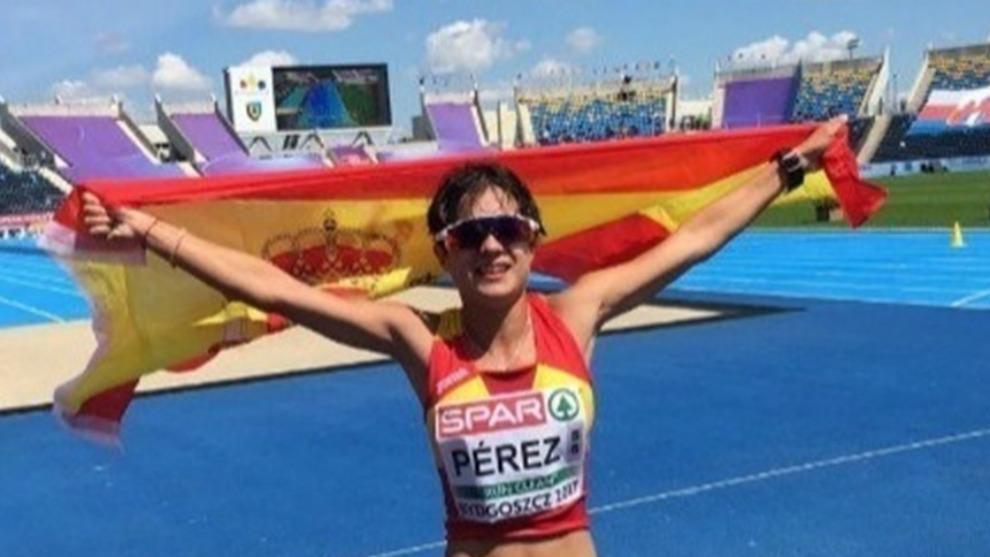 María Pérez muestra la bandera española tras ganar la medalla de...
