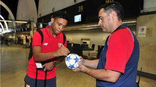 Luis Muriel firma un balón de la Champions.