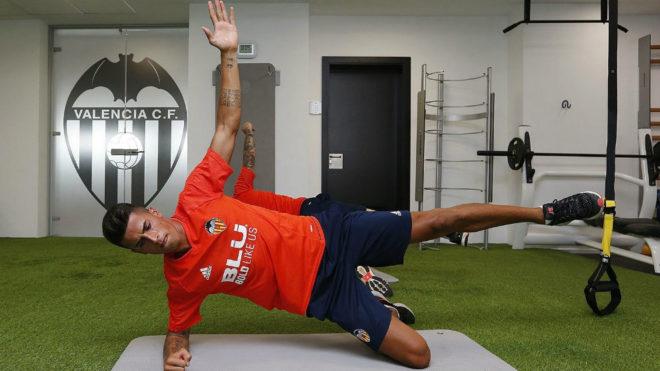 Cancelo hace ejercicios en el gimnasio de Paterna.