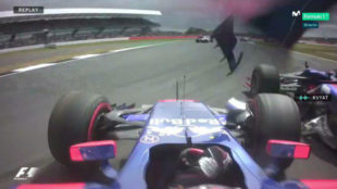 El momento del accidente de Kvyat con Sainz