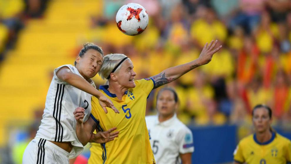 Josephine Henning puja por un balón con Nilla Fischer.
