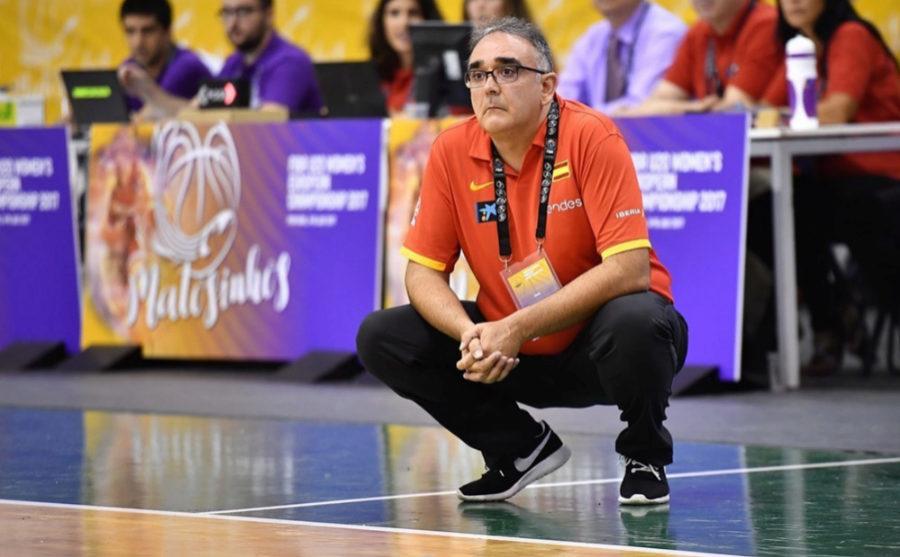 José Ignacio Hernández, observando durante el partido de ayer entre...