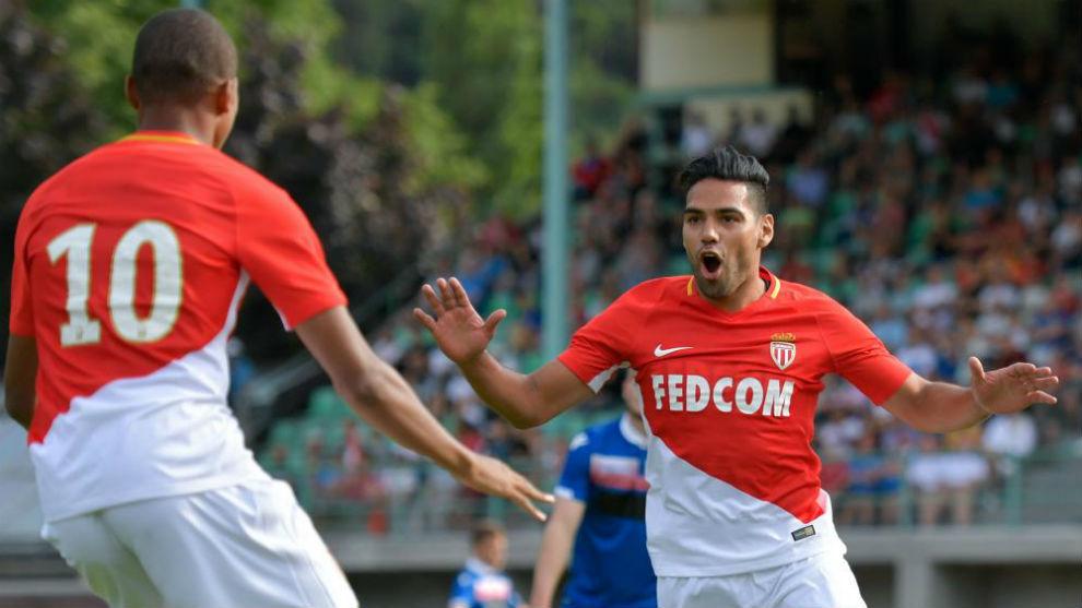 Falcao celebra un gol con Mbappé en el amistoso de pretemporada ante...