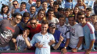 Dejan Drazic (21), junto a aficionados del Celta el día de su...