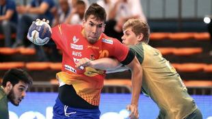 Dani Dujshebaev es defendido por un jugador brasileño
