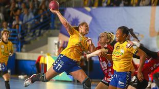 Davinia López lanza a portería ante el Kastamonu en la Challenge Cup...