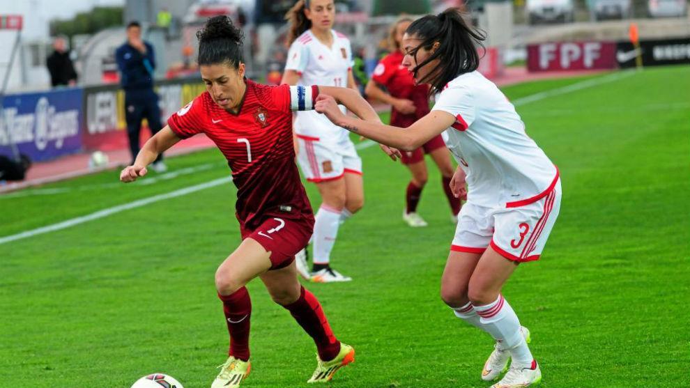 Leila Ouahabi puja por un balón con Claudia Neto en un choque...