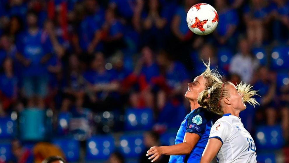 Amandine Henry puja por un balón con Dagny Brynjarsdottir.