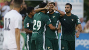Camarasa celebra con sus compañeros su gol al Arcos.