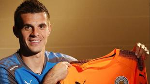 Jakupovic posa con su nueva camiseta.
