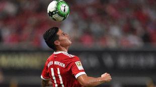 James controla un balón durante el duelo ante el Arsenal.