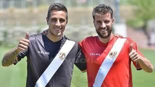 Trejo y Cerro posan con la segunda y tercera equipación del equipo