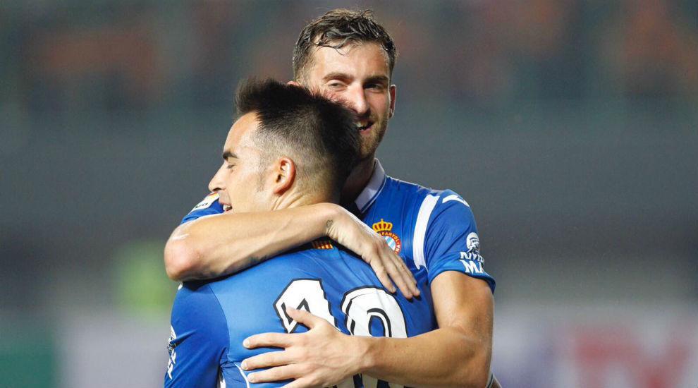 Jurado y Baptistao se abrazan durante el encuentro tras un gol.