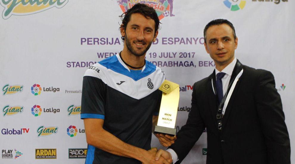 Granero recibe el premio como MVP del partido.