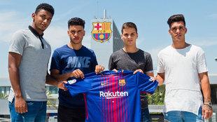 Galarreta (23), durante su presentación con el Barcelona B junto a...