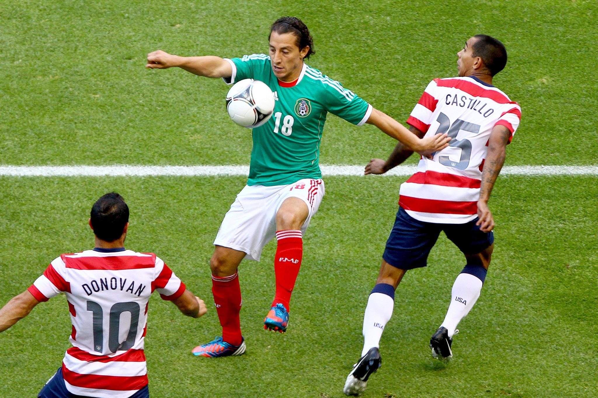 Andrés Guardado durante un partido ante los Estados Unidos.