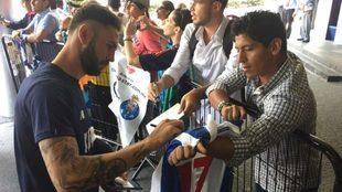 Layún, atendiendo a los aficionados en la Ciudad de México.