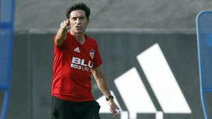 Marcelino señala durante un entrenamiento en Paterna.