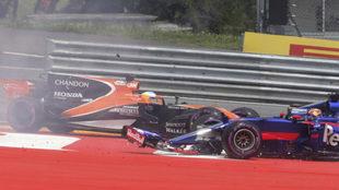 Kvyat provoca la retirada de Alonso en el GP de Austria.