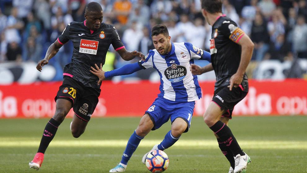 Carles Gil (24) trata de superar a dos jugadores