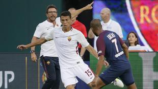 Héctor Moreno, con Lucas Moura en el duelo entre la Roma y el PSG.
