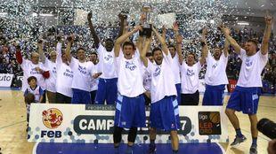 Los jugadores del Gipuzkoa Basket celebran el título de la LEB.