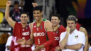 Ayón y el entrenador Valdeomillos, en un partido de la selección...