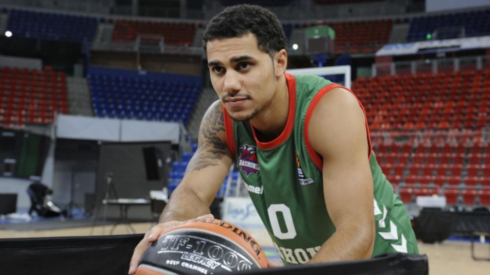 Shane Larkin posa durante un media day del Baskonia.