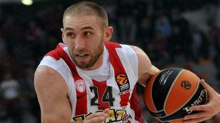 Matt Lojeski (31) disputando un encuentro con el Olympiacos