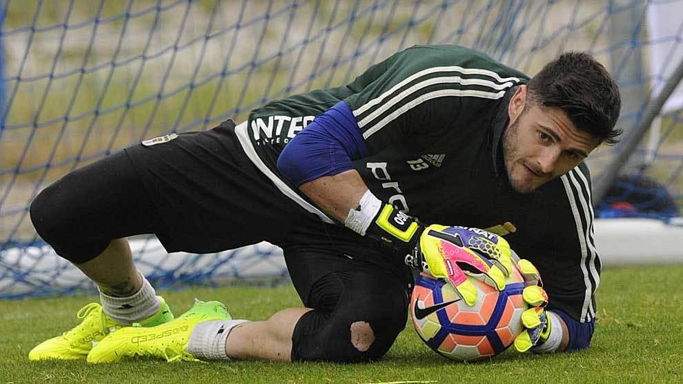 Juan Carlos atrapa un balón durante un entrenamiento de la pasada...