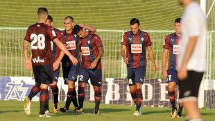 Los jugadores del Eibar celebran un gol durante un partido de...
