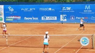 Jóvenes tenistas en un torneo de formación
