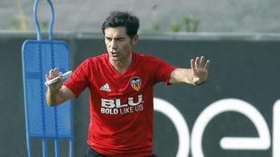 Marcelino, durante un entrenamiento con el Valencia en Paterna.