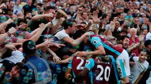 Los aficionados del West Ham, celebrando un gol con sus jugadores.