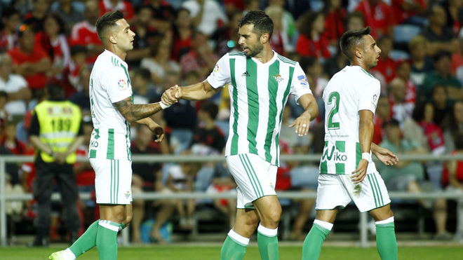 Jordi Amat felicita a Sergio León.