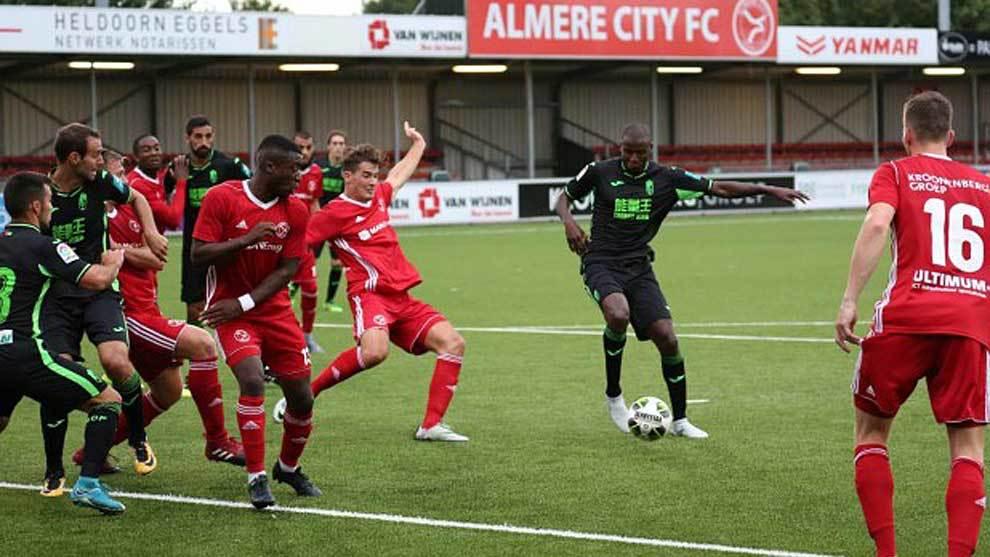 Adrián Ramos golpe al balón en una acción del partido en Almere