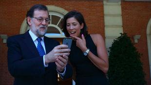 Garbiñe Muguruza mira una foto del móvil que le enseña Mariano...