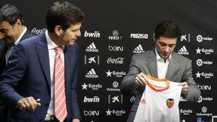 Marcelino dobla con cuidad una camiseta del Valencia ante Mateu...