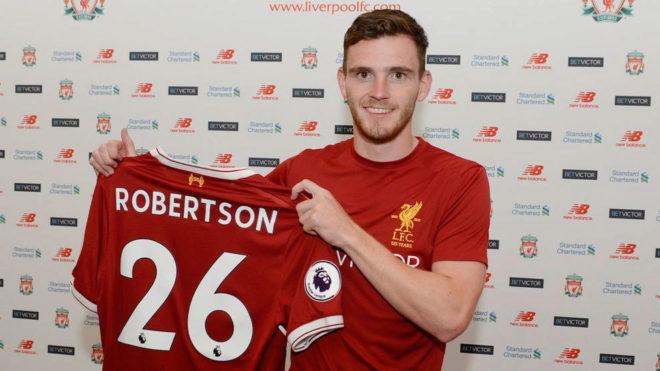 Robertson posa con la camiseta del Liverpool.