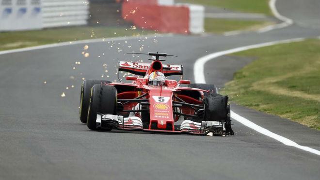 Vettel intenta llegar a boxes con un neumático desintegrado.