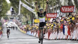 Boasson Hagen celebrando en meta su triunfo de etapa.