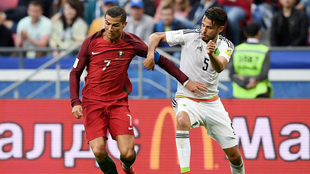 Diego Reyes, con Cristiano Ronaldo en la última Copa Confederaciones.