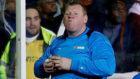 Shaw comiendo un sandwich en el partido del Sutton United ante el...